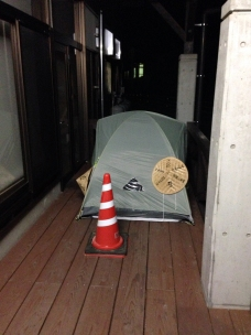 Camping under the awning of a shop at Hinanosato services stop