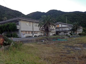 The closed junior high school with electricity, toilets and vending machine, ~4km before temple 24