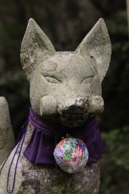 Fox guardian statue at Funatama-jinja