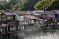 Houses lining the Kozagawa river, Ohechi route