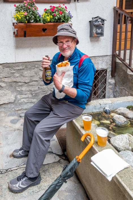 A late lunch of foccacia pizza and local beer in Courmayeur
