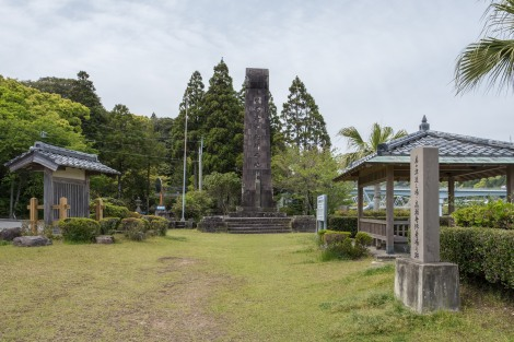 A memorial to Emperor Jimmu, long believed to have departed from this bay by ship to reach Yamato (Nara) where he established rule as the first Emperor of Japan