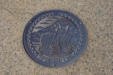 Manhole cover depicting sailing boats on the Agano River, Tsugawa