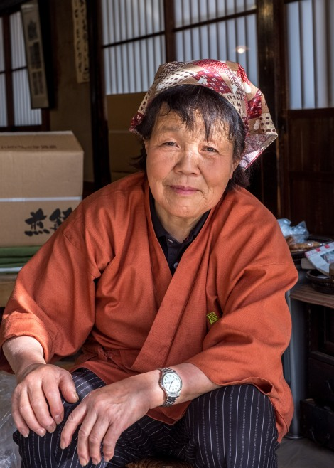 A lady selling senbei rice crackers in Ouchi-juku