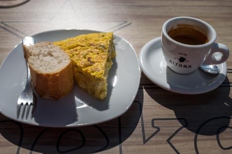 Tortilla and a cafe solo in Pasajes de San Juan