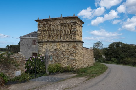 An interesting structure / granary / pigeon coop?